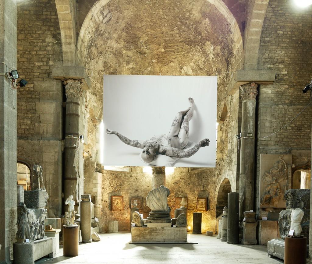 Musée St Pierre Jean-Luc VERNA * « Appolon et Marsyas », JOSEPE DE RIBERA, 1637 * « Cramp Stomp » LUX INTERIOR (THE CRAMPS), à l'issue d'une roulade arrière en stilettos, Astoria, UK, 1997 2011 Tirage sur bâche 4 x 5 m. courtesy Air de Paris, Paris.