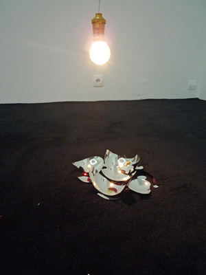 Alexandra Guillot - Les formes creuses n°5, 2008 –  boule de noël, ampoule, fil électrique / christmas ball, light bulb, electric wire  - La Station -  Art Contemporain - Nice - Carte blanche à La Station au Palais de Tokyo