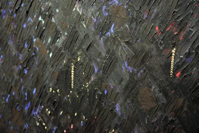 Noël Dolla - Les Trois du Cap, 1987. Huile et plumes de coq sur bois [détail] - La Station -  Art Contemporain - Nice - Écotone