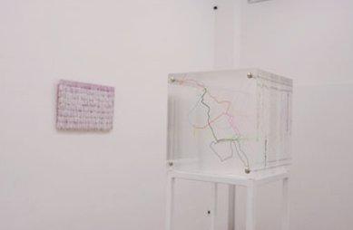 Delphine Desguilage 1er plan - Map Souvenir, 2007 (1er plan), Hot Stuff # 6, 2006 (à gauche) - La Station - Art Contemporain - Nice - My eyes keep me in trouble