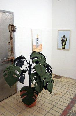 Peter R - Monstera deliciosa, 1997. Uniformes de policiers allemands, plastique - La Station -  Art Contemporain - Nice - Écotone